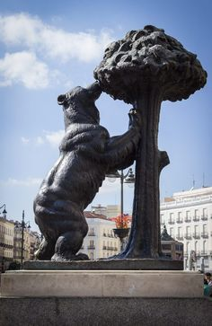 Madrid for begyndere: Det skal du opleve - Bjørnen og Jordbærtræet på Puerta del Sol