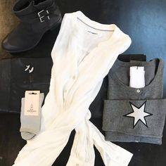 CASUAL HVERDAGSLOOK  Mørkegrå Culture cardigan med stjerner på albuerne    Hvid Cocouture Coco Plain skjorte    Strømper fra Becksöndergaard    Sort læder nederdel fra Co'couture    Godess øreringe fra Enamel
