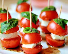 Here's a super bowl snack idea. Check out these mini caprese bites. Finger Food Appetizers, Appetizers For Party, Appetizer Recipes, Appetizer Ideas, Healthy Appetizers, Toothpick Appetizers, Pizza Appetizers, Delicious Appetizers, Fingerfood Party