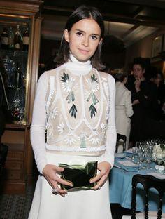 Miroslava Duma wears the Crisp Packet clutch at Paris Fashion Week Anya Hindmarch, Miroslava Duma, Graphic Sweatshirt, Street Style, Sweatshirts, Blouse, Sweaters, How To Wear, Paris Fashion