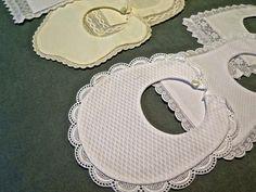 baberos para bebes recien nacidos - Buscar con Google Sewing Tutorials, Sewing Hacks, Application Pattern, Crafty Kids, Newborn Pictures, Wedding Beauty, Couture, Burp Cloths, Baby Bibs