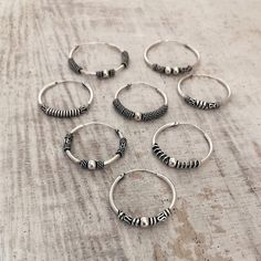 ¿Quién es fan de los aritos?😛👇 | Etiqueta a la fanática de los aritos bali😍 | www.sansarushop.com Bali Jewelry, Indian Jewelry, Guys Ear Piercings, Nail Accessories, Cartilage Earrings, Silver Hoop Earrings, Earring Set, Jewelery, Bling