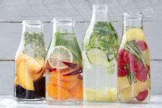 Rinfrescante, rigenerante, detox... è l'acqua aromatizzata! Tante versioni da provare con solo una notte di riposo in frigorifero prima di servire!