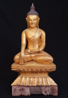 Antique Shan Buddha Material: Wood 75,5 cm high 39 cm wide Shan (Tai Yai) style…