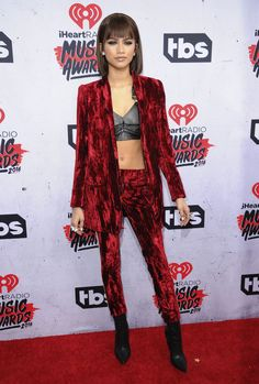 Celebs como Taylor Swift, Selena Gómez y Justin Bieber, se reunieron en California para los iHeartRadio Music Awards, un evento al que todos asistieron con los looks más extravagantes de su armario. ¡No te los puedes perder!