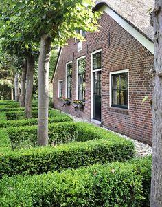 . Country Charm, Country Life, Beautiful Gardens, Beautiful Homes, Buxus, Modern Traditional, Rotterdam, Garden Plants, Ramen