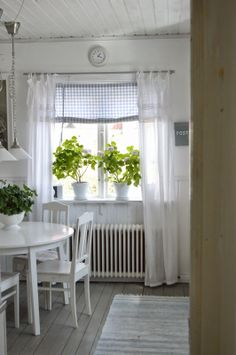 7 different kinds of curtains for Provence-style kitchens Swedish Cottage, Decor, Home, Provence Style, Curtains, Cottage Interiors, Cottage Chic, Cottage Decor, Kitchen Styling