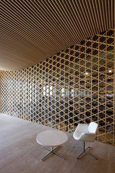 Texture and Pattern // wood pattern on wall // Nine Bridges Country Club / Shigeru Ban Architects Shigeru Ban, Screen Design, Wood Architecture, Architecture Details, Ancient Architecture, Sustainable Architecture, Ceiling Design, Wall Design, Chair Design