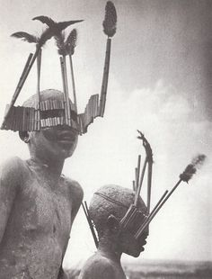 George Rodger/Magnum, Enfants de la tribu Wagogo portant les masques typiques de la cérémonie de la circoncision, Tanzanie, 1947
