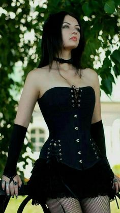 Top Gothic Fashion Tips To Keep You In Style. As trends change, and you age, be willing to alter your style so that you can always look your best. Consistently using good gothic fashion sense can help Komplette Outfits, Gothic Outfits, Fashion Outfits, Fashion Clothes, Style Fashion, Fashion Tips, Fashion Accessories, Latex Fashion, Hot Goth Girls