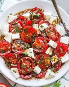 Perfect Marinated Tomatoes with Mozzarella Marinated Tomatoes – Full of summer flavors these healthy tomatoes are soaked up with olive oil, balsamic vinegar and fresh herbs. A perfect hors d'oeuvre that everyone will love!Ingredients list f… Picnic Side Dishes, Side Dishes For Bbq, Side Dish Recipes, Sides For Bbq, Party Side Dishes, Tomato Salad Recipes, Healthy Salad Recipes, Vegetarian Recipes, Veggie Recipes