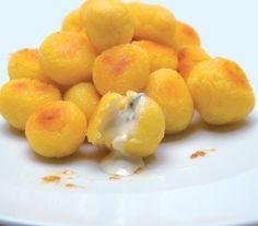 Ingredienti: 4 patate medie, farina gialla, 1 litro e 1/2 di acqua, 1/2 bicchiere di latte, 1/2 bicchiere d'olio, sale, 250 g di gorgonzola, 80 g di burro