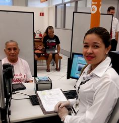 Dona Eufrozina Ferreira de Caldas Guimarães, de 83 anos, esteve no Poupatempo Araras para tirar a 2ª via atualizada do RG. Ela foi atendida pela colaboradora Débora para preenchimento dos dados e pela Mônica para coleta de digital e foto.