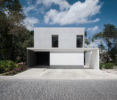Construido por Warm Architects en Cancún, Mexico con fecha 2014. Imagenes por Wacho Espinosa. Casa Garcías esta ubicada en un lote de 273 metros cuadrados en una zona residencial de alto crecimiento en la ciudad...