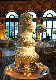 A delicious cake is the sweetest ending to a perfect wedding celebration. Check out these 40 outstanding wedding cake designs, take inspiration from our favorites, featuring elegant patterns and elaborate fondant flowers. Fondant Flowers, Sugar Flowers, Beautiful Wedding Cakes, Beautiful Cakes, Mod Wedding, Dream Wedding, Wedding Reception, Uplighting Wedding, Wedding Cake Inspiration