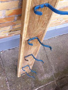 Knagerække af drivtømmer og gamle knager fra nedlagt skole.                        Handmade by Christel