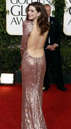 Elegant, sexy, and pink without a hint of girly. The very definition of fierce. (Anne Hathaway in Armani Prive) Anna, Meryl Streep, Cinema Tv, Actrices Hollywood, Hollywood Celebrities, Facon, Red Carpet Fashion, Woman Crush, Beautiful Celebrities
