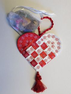 Make a traditional Scandinavian Christmas gift with this Fabric Swedish Heart tutorial. Fill with candies, nuts, or other small gifts. Valentines Bricolage, Valentines Diy, Valentine Hearts, Fabric Ornaments, Felt Ornaments, Sewing Crafts, Sewing Projects, Sewing Tips, Free Sewing