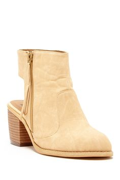 @melpinnyngo MY NEW BOOTIES! now I just gotta figure out what to wear with them...