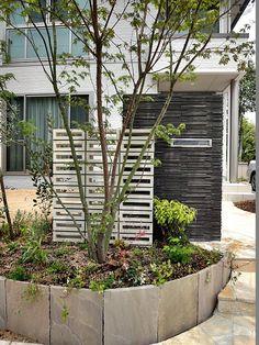 既存のアプローチを活かして門壁をデザインしました。 道路面は、木塀と生垣で程良い ...