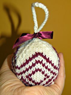 just saying ...: How to make another knitted ball Christmas tree decoration ...