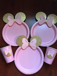 ***Shop will be closed Dec 23-Dec26*** please message me with your event date 10 Super CUTE Table set Light pink with Gold Glitter Minnie Mouse with Bow. Full Set includes: 10 Pink dinner paper plates with glitter ears and bow 10 Gold small paper plates 10 paper cups with Minnie with