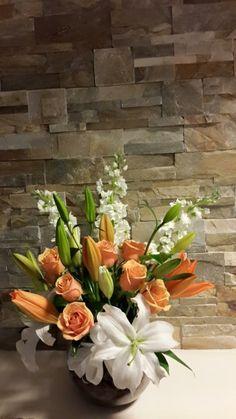 Arreglo en florero con Rosas, Lilium y Delphinum