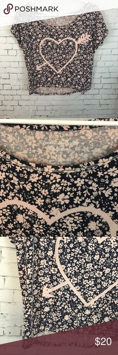 $6🎁American Eagle Crop Top Super cute navy and light pink floral Crop Top by American Eagle. Size small. Perfect condition. American Eagle Outfitters Tops Crop Tops