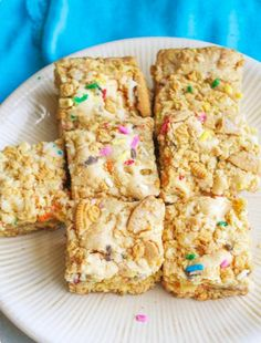 """You had me at """"Golden Oreo"""".Gold Oreo Cookies n Cream Cake Batter Blondies. My most popular recipe! Köstliche Desserts, Delicious Desserts, Dessert Recipes, Yummy Food, Plated Desserts, Bar Recipes, Cookie Recipes, Yummy Recipes, Cupcake Puppy Chow"""