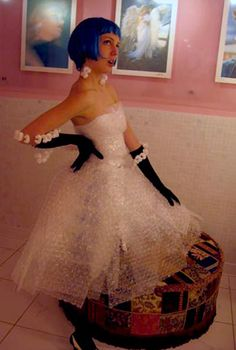 The Bubble Wrap Dress Pretty cool, but it would probably get annoying when people would come up to you are start bursting your bubbles. Weird Prom Dress, Worst Prom Dresses, Wedding Dresses, Fancy Dress, Recycled Costumes, Recycled Fashion, Mannequin, Fashion Show, Diy Fashion