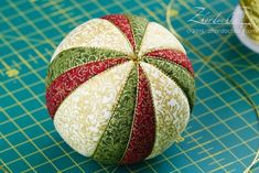 """On the Tin: progetto congiunto """"Kimeco Balls Quilted Christmas Ornaments, Christmas Cover, Fabric Ornaments, Hand Painted Ornaments, Christmas Balls, Ball Ornaments, Christmas Crafts, Christmas Decorations, Fabric Crafts"""