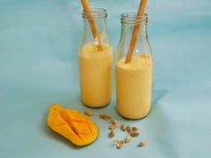 Mango lassi - forfriskende drik fra Indien - Madens Verden Mango Lassi, Biryani, Hot Sauce Bottles, Milkshake, Smoothie, Fruit, Drinks, Desserts, Yoghurt