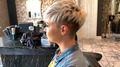 Today we have the most stylish 86 Cute Short Pixie Haircuts. We claim that you have never seen such elegant and eye-catching short hairstyles before. Pixie haircut, of course, offers a lot of options for the hair of the ladies'… Continue Reading → Funky Blonde Hair, Funky Short Hair, Short Hair Model, Super Short Hair, Short Grey Hair, Short Hair Cuts For Women, Short Cropped Hair, Trendy Hair, Short Hair Undercut