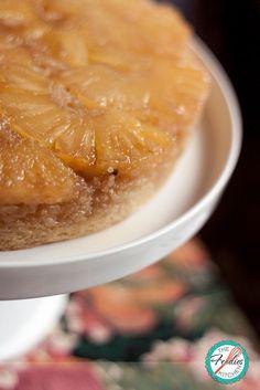 This Pineapple Upside-Down Cake is perfect to bake with both fresh or canned pineapple. A classic that will be a hit with your family and friends!  Este Pastel Volteado de piña es perfecto para preparar con piña fresca o de conserva. ¡Un clásico que les encantará a tu familia y amigos!