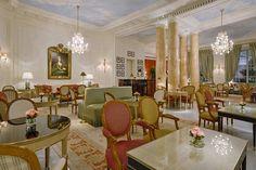 Para receber a primavera comme il faut, o Le Bristol – um dos poucos hotéis parisienses que se encaixam na categoria Palácio, ao lado do Crillon, George V, Meurice, Plaza Athénée e Ritz – acaba de reinaugurar o Café Antonia. Inspirado na polêmica rainha da França, o espaço é todinho decorado com mobiliário estilo Louis XV e Louis XVI, assinados pela maison Taillardat.
