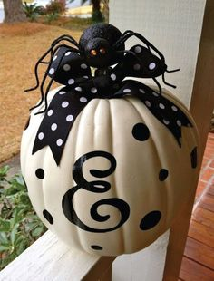 Here are 15 Ideas to use fake pumpkins for decorating this Fall. Tips on using Fake Pumpkins for Fall Decor and Halloween. Diy Halloween, Deco Haloween, Halloween Playlist, Holidays Halloween, Happy Halloween, Halloween Decorations, Pumpkin Decorations, Thanksgiving Decorations, Classy Halloween