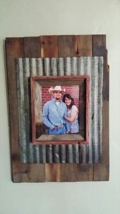 on to find 10 effortless DIY picture frame ideas . PicturesRead on to find 10 effortless DIY picture frame ideas . Barn Wood Projects, Reclaimed Wood Projects, Salvaged Wood, Rustic Picture Frames, Picture On Wood, Barn Wood Frames, Pallet Crafts, Wood Crafts, Cadre Photo Diy