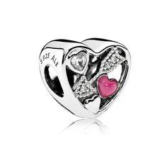 Pandora zilveren bedel 'Hart met pijl van Cupido' 792039CZ. Een prachtig uitgevoerde 'Cupidobedel'. De bedel is gemaakt van zilver en heeft een pijl welke is voorzien van schitterende zirkonia's. De pijl bevindt zich tussen twee harten. Duidelijker kan de liefde toch niet zijn? Deze bedel mag u niet missen aan uw armband. https://www.timefortrends.nl/sieraden/pandora/bedels.html