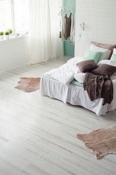 Parchetul triplustratificat din lemn de stejar Shoreline White este indicat pentru interioare minimaliste sau cu influente vintage. Lemnul este baituit si finisat cu lac si te seduce prin simplitate si eleganta. Shag Rug, Teak, Minimalism, Rugs, Vintage, Design, Gardening, Home Decor, Cots