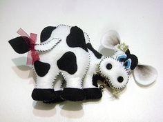 patch aplique cozinha galinha - Pesquisa Google Cow Pattern, Plush Pattern, Dog Crafts, Felt Crafts, Biscuit, Patch Aplique, Christmas Crafts, Christmas Ornaments, Little Critter