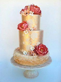 Nice one. Wedding cake, dore et fleur couleur framboise.