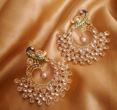 India Jewelry, Jewelry Art, Jewelry Design, Fashion Jewelry, Gold Jhumka Earrings, Indian Earrings, Beautiful Earrings, Wedding Jewelry, Jewelry Collection