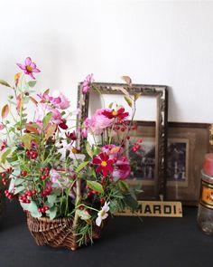 Coin de nature 堀畑真貴子です。YSPD7回目のコンポジションは、バラとコスモスにユーカリと赤く色づいた実とシルバーグリーンを入れて !コンポジションというのは日本でいうところのアレンジメント斎藤由美さんが考えられた、大地を切 Paris, Ladder Decor, Floral Wreath, Wreaths, Nature, Home Decor, Montmartre Paris, Floral Crown, Naturaleza
