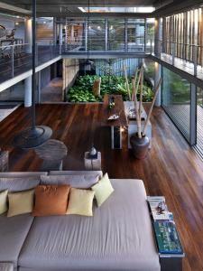 Architect : John Bulcock, Design Unit Sdn Bhd, Eco-Homes (M) Sdn Bhd (Kuala Lumpur, Malaysia) Modern Tropical House, Tropical House Design, Modern House Design, Kuala Lumpur, Best Interior, Home Interior Design, Modern Bungalow, Villa Design, Living Room Designs
