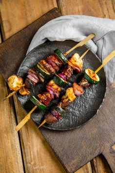 A great vegetarian grill recipe: vegetable shish kebab with a heavenly marinade! They are guaranteed to not only taste good for the veggies at the table! Shish Kebab, Kebabs, Marinated Grilled Vegetables, Grilled Fruit, Fruit Recipes, Vegetable Recipes, Meat Recipes, Restaurant Barbecue, Plancha Grill