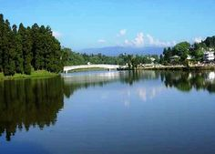 The mesmerizing hill station of Mirik is located in the forested Singalila mountain ridge at an altitude of 5,800 ft between Siliguri and Darjeeling in the state of West Bengal. Surrounded by lush tea estates, orange orchards & cardamom plantations, Mirik is a wonderful place for unwinding. The views of Mount Kanchenjunga, the third largest peak in the world and other Himalayan mountains from here are just stunning.
