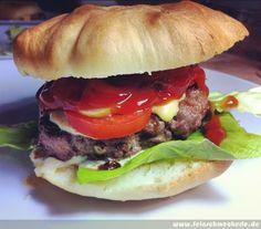 Burger mit selbst gemachten Burger-Brötchen Burger Laden, Burger Co, Beste Burger, Bbq, Hamburger, Spicy, Grilling, Ethnic Recipes, Barbecue