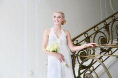 mona berg Kollektion 2015 - Fleur; zartes Spitzenkleid mit Neckholder und verspielter Blume am Dekolleté; Foto: Svea Ingwersen