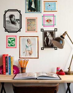 Fotos na parede e moldura feita com fita adesiva colorida.