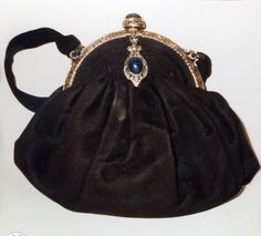 Vintage Fans, Vintage Purses, Vintage Handbags, Unique Handbags, Purses And Handbags, Bag Quotes, Bag Patterns To Sew, Evening Bags, Bucket Bag